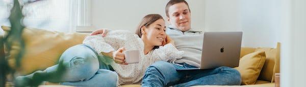 nainen ja mies sohvalla