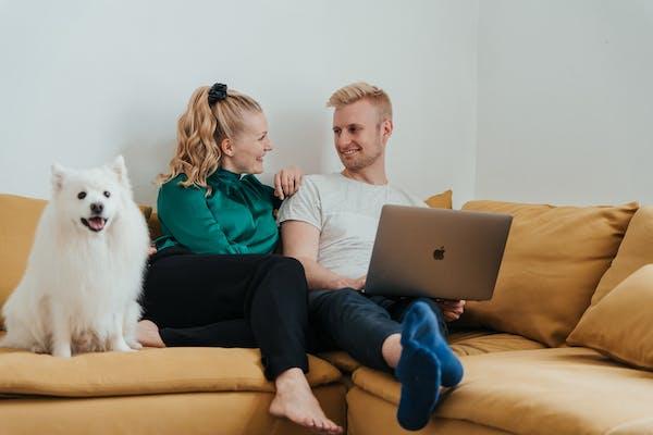 Mies ja nainen vertailee kulutusluottoja