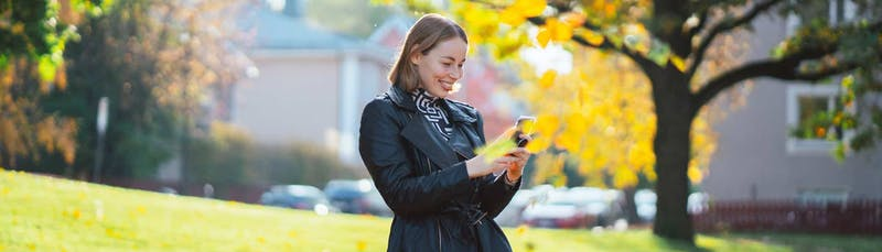 Sieviete smaida_salīdzināt kredītus_Sortter