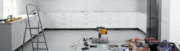 Valkoinen keittiö remontissa