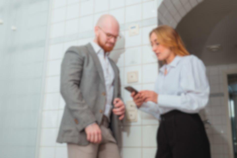 Nainen ja mies katsovat lainatarjouksiansa