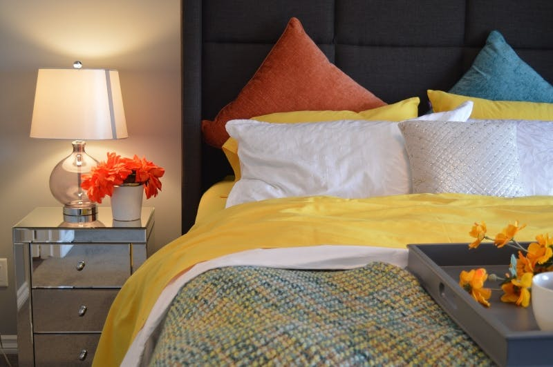 gulta ar lampu un spilveniem