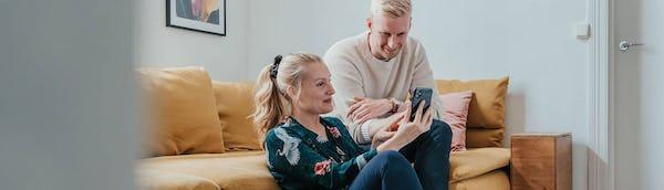 Pariskunta vertailee puhelinliittymiä Sortterin puhelinliittymävertailussa
