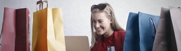 sieviete ieperkas ar kreditkarti