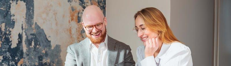 Mies ja nainen kilpailuttavat lainoja
