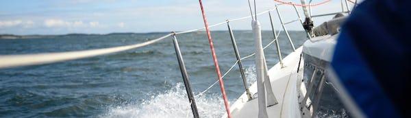 Matkaveneen runko ja merimaisema