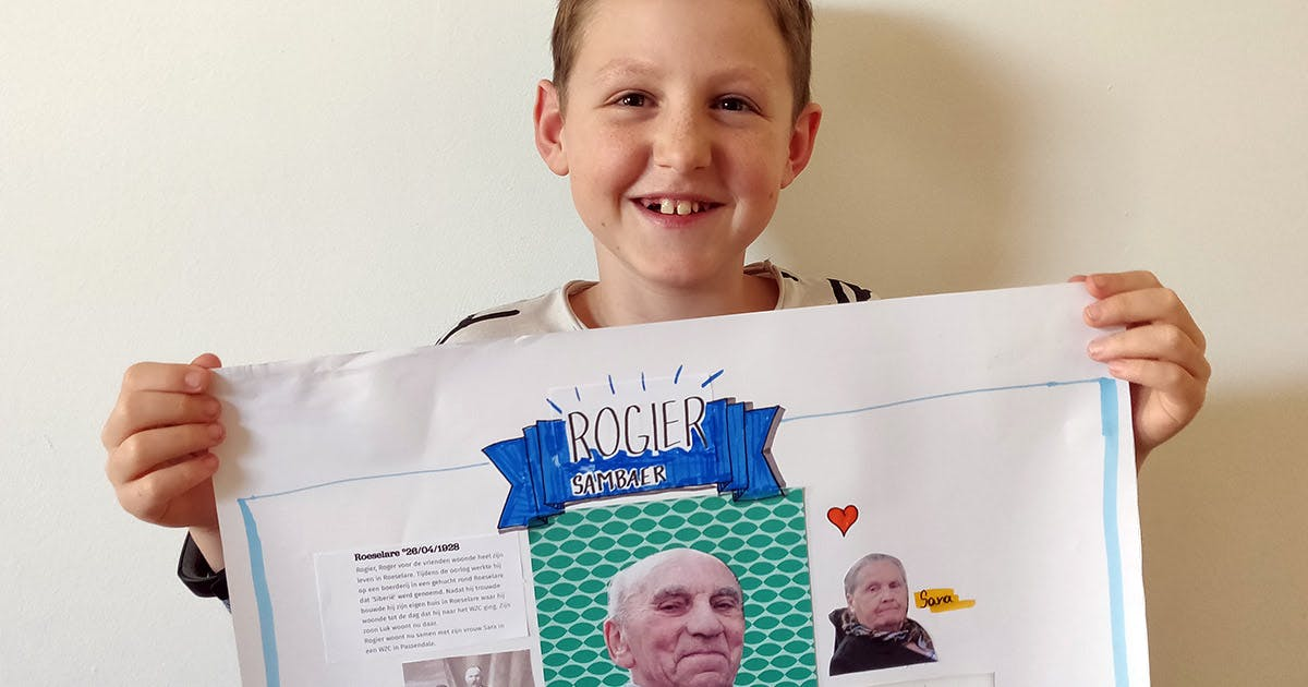 Achterkleinzoon met levensverhaal-poster van zijn pépé