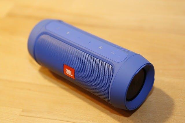 Blauer JBL Bluetooth-Lautsprecher