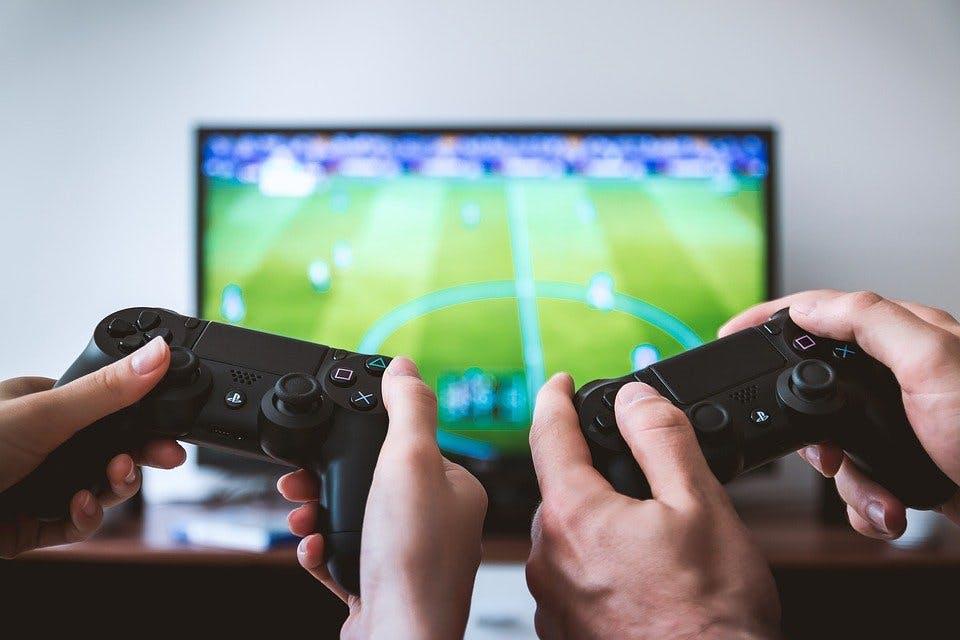 Fernseher und Konsolen-Controller