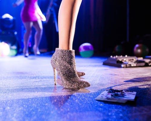 Glitzernde Schuhe mit Pfennigabsatz