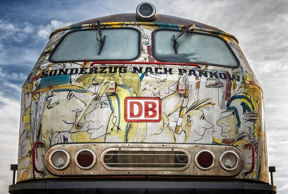 """bemalter DB-Triebwagen mit Aufschrift """"Sonderzug nach Pankow"""""""