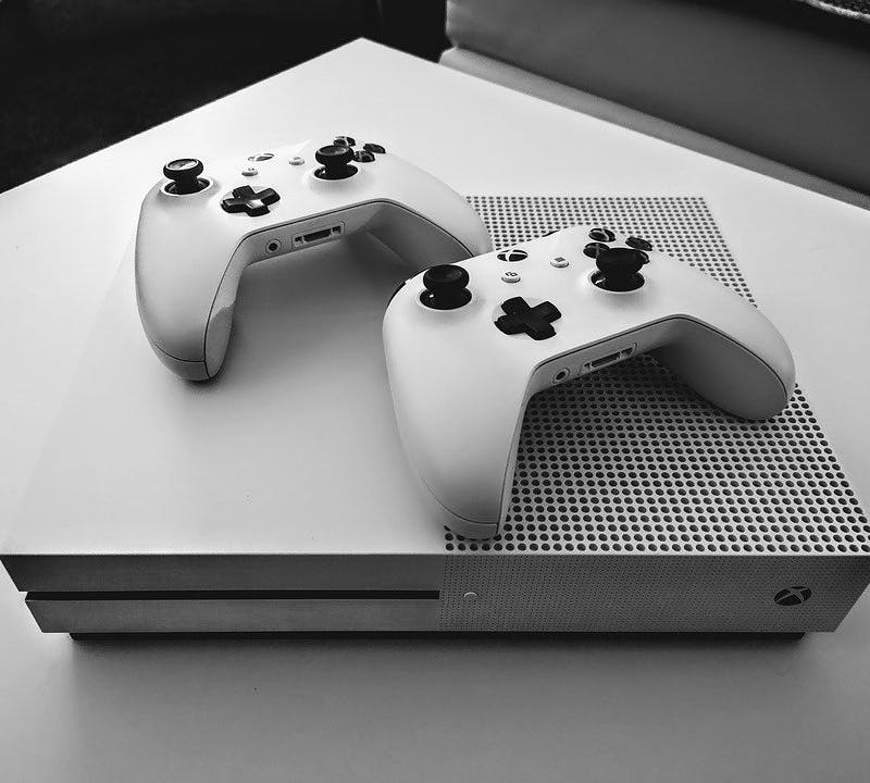 Xbox Konsole und zwei Controller