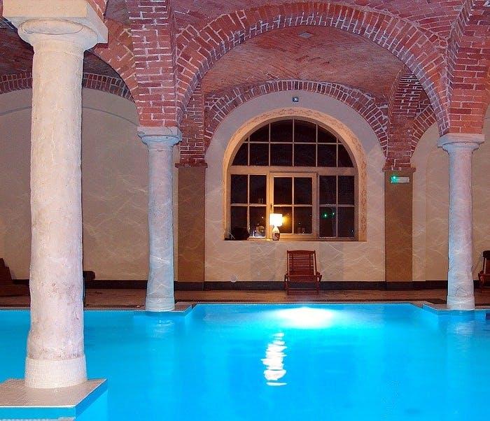 Schwimmbecken in historischem Säulengewölbe