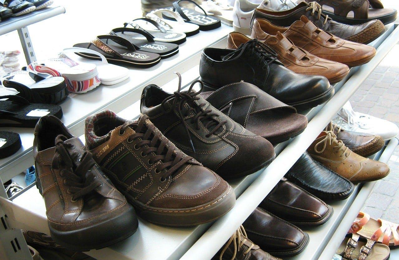 Schuhe in Auslage
