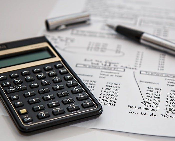 Taschenrechner und Zahlen auf Papier