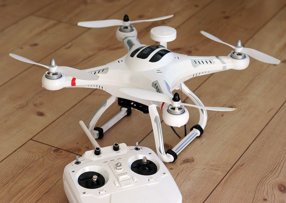Weiße Drohne mit Fernsteuerung