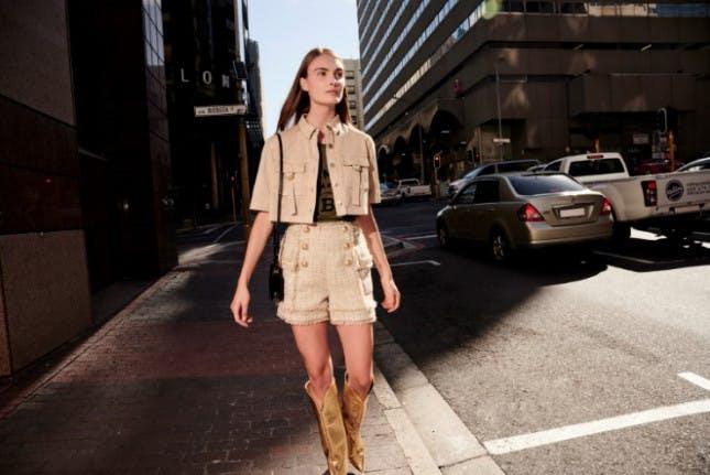 Großstadt-Frau in stylischer Kleidung