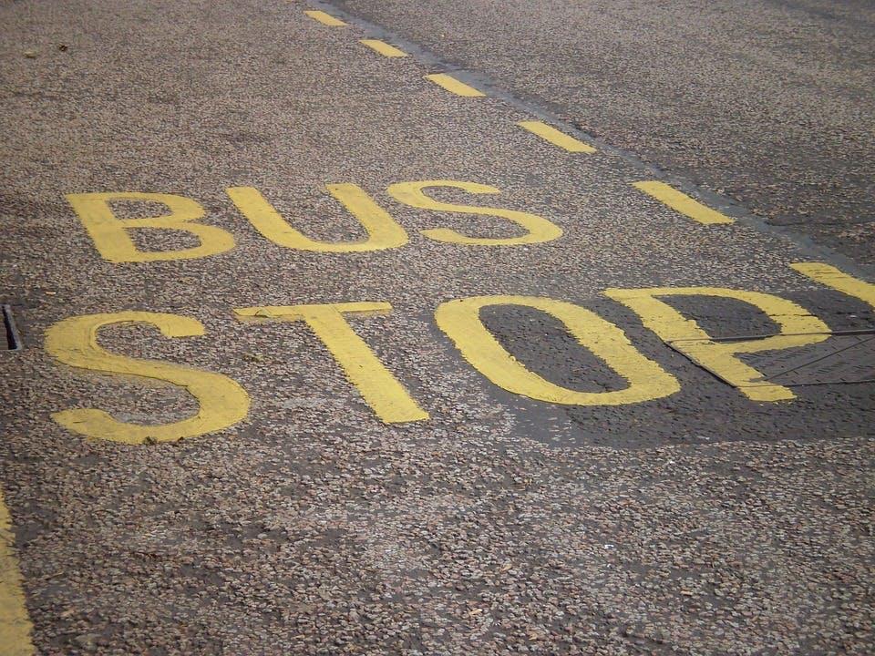 """Beschriftung """"Bus Stop"""" auf Seitenstreifen"""