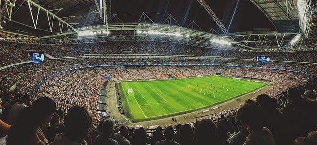 Fußball im vollbesetzten Stadion