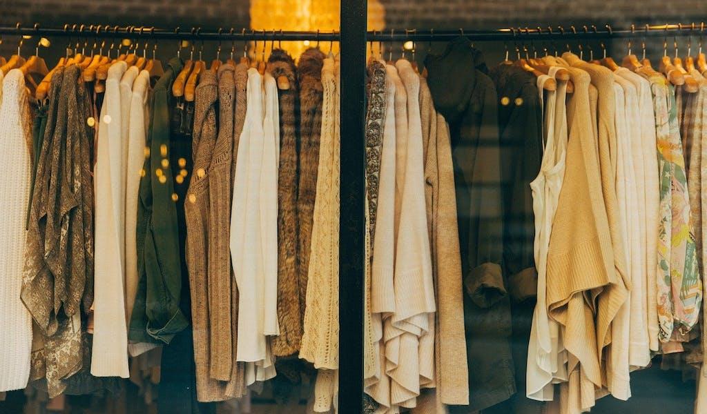 Kleidung im Schaufenster
