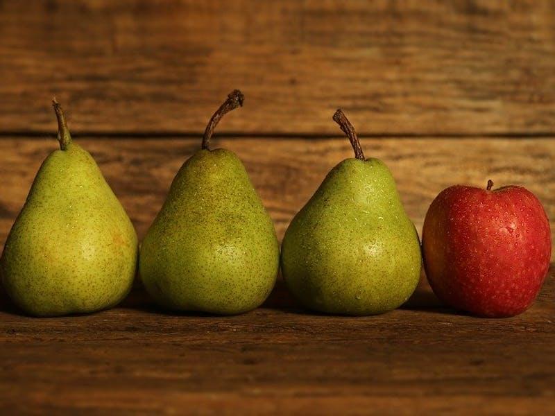 Drei Birnen und ein Apfel