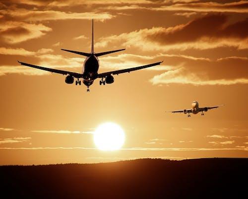 Zwei Flugzeuge beim Sonnenuntergang