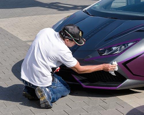 Mann putzt Lamborghini