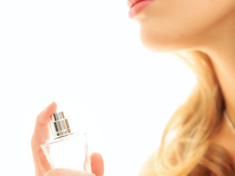 Frau mit Parfümfläschchen