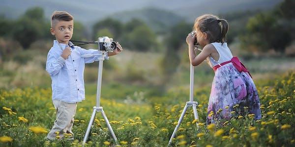 Kleinkinder fotografieren sich gegenseitig