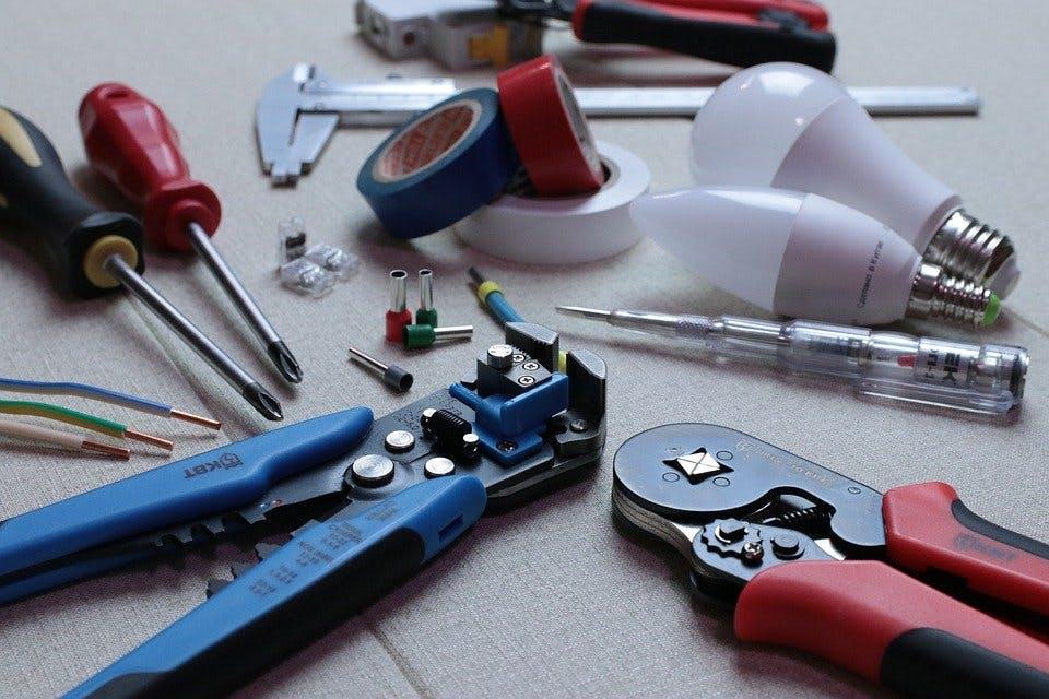 Schraubenzieher, Zangen, Glühbirnen und weiteres Werkzeug