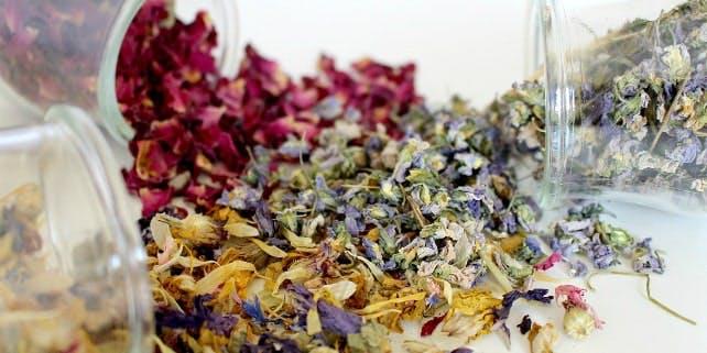 Naturkosmetik Hersteller getrocknete Blüten
