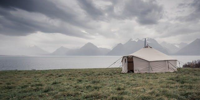Glamping in einem Zelt an der Küste