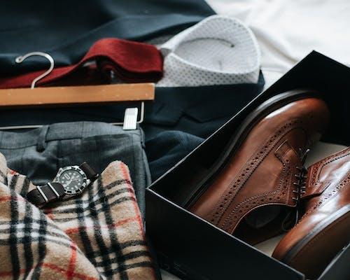 Hemd, Hosen, Anzug, Schuhe und Uhr
