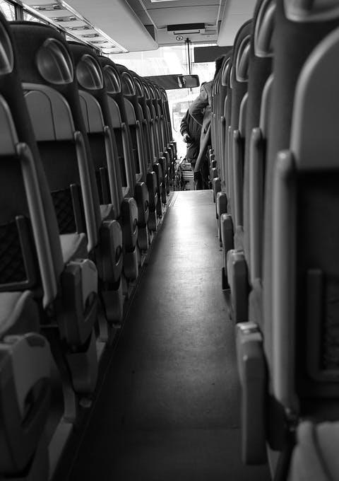 Gang und Sitzreihen in Reisebus