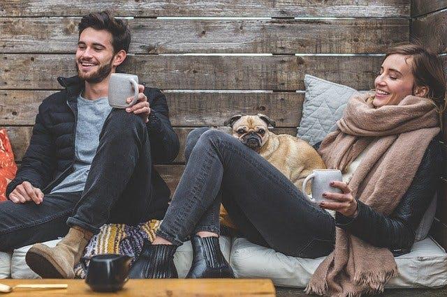 Pärchen mit Hund und Teebechern