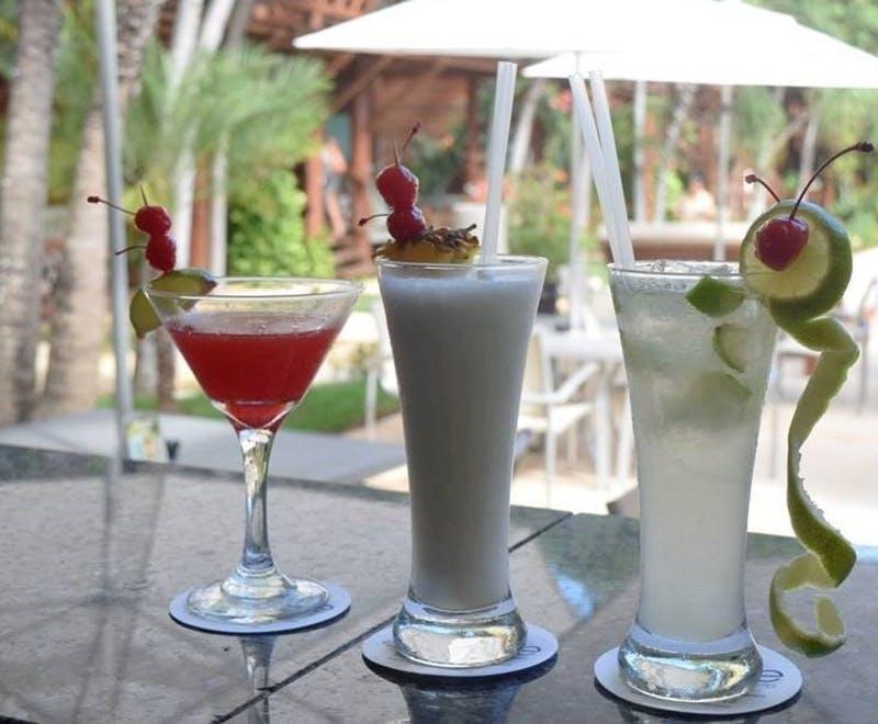 Drinks auf sommerlichem Bartresen