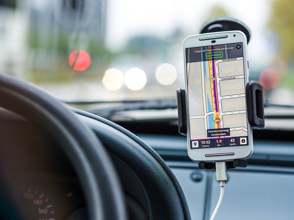 Ein Smartphone als Navi im Auto