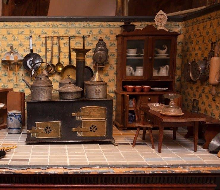Puppenküche mit Herd und kleinen Möbeln