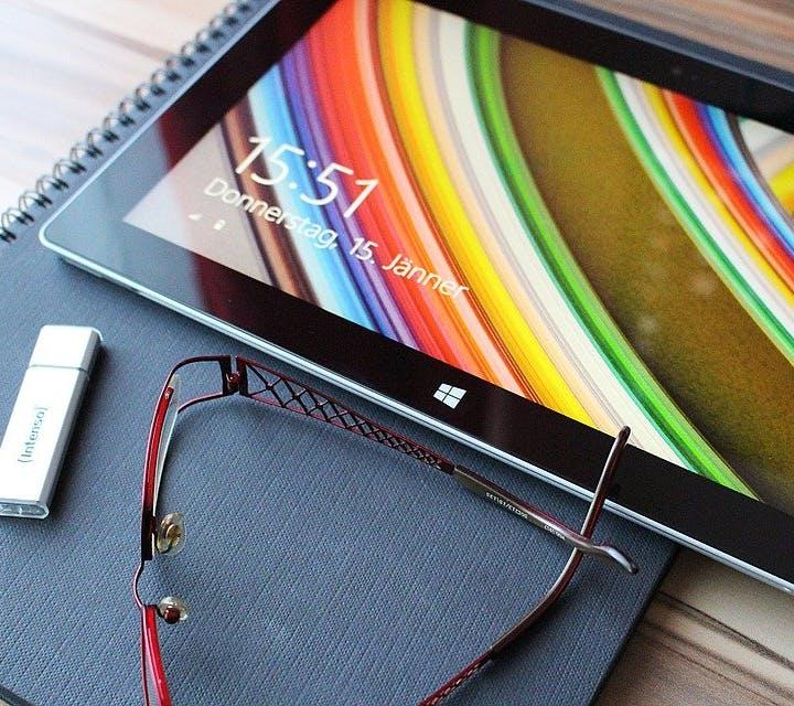 Tablet, USB-Stick und Lesebrille