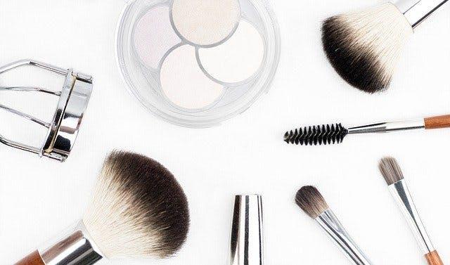 Verschiedene Make-Up-Werkzeuge wie Palette und Pinsel