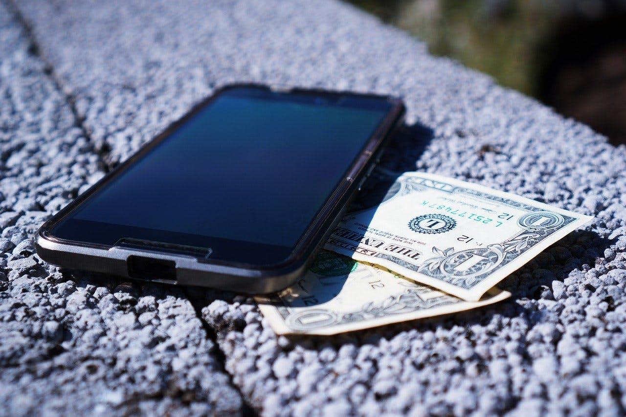 Smartphone auf Geld