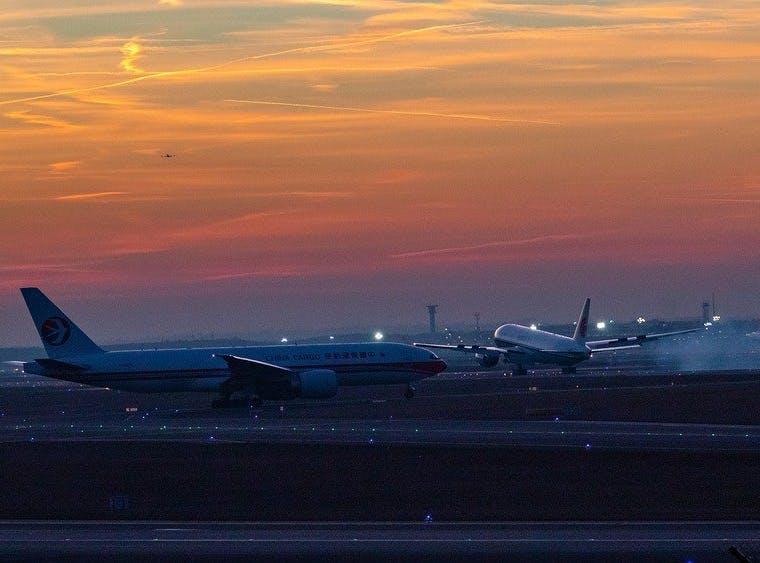 Passagierflugzeuge auf Flugplatz im Sonnenuntergang