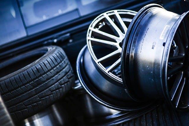 Liegende Reifen und Felgen