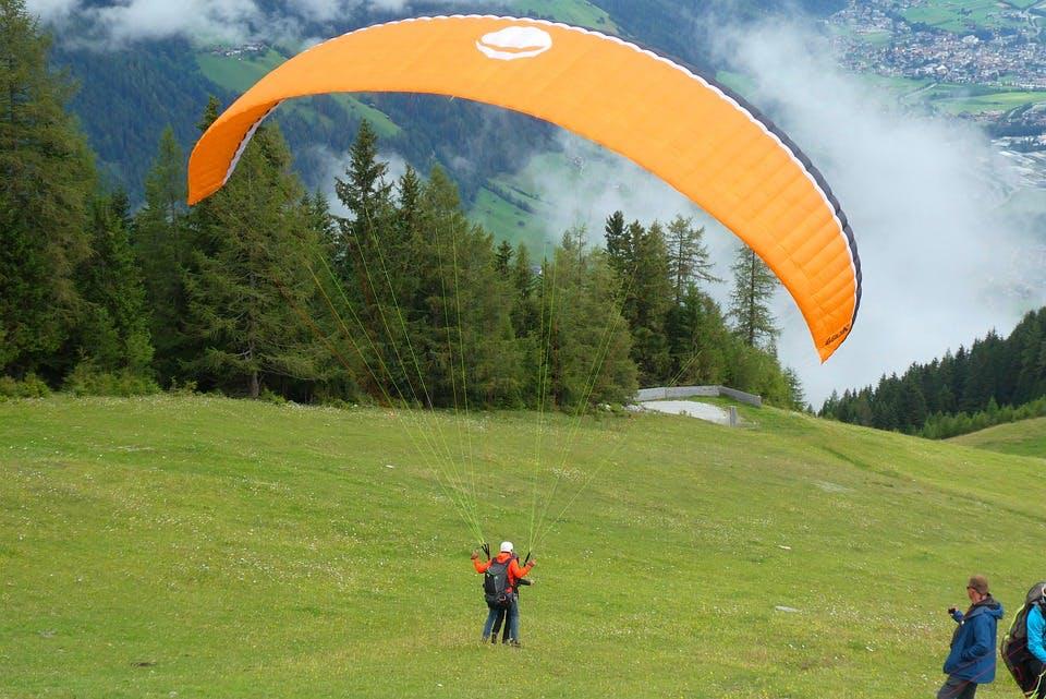 Tandem-Paraglider auf Wiese