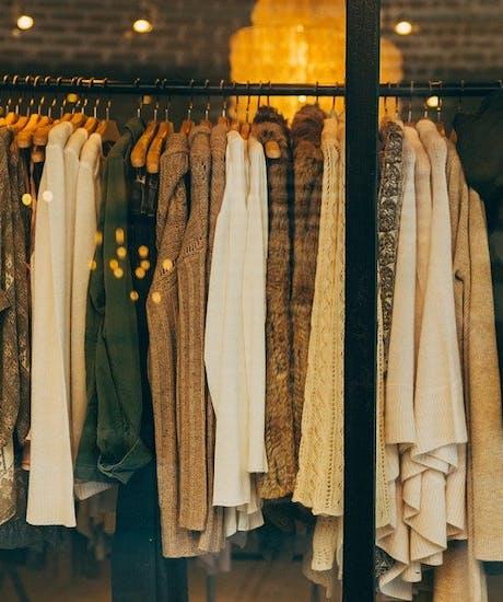 Blusen und Damenmode auf Kleiderständer