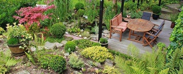 Sitzgruppe aus Holz in idyllischem Garten