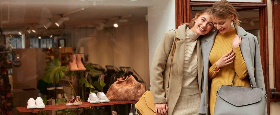 Verstehen sich gut: Strickkleid und Wollmantel