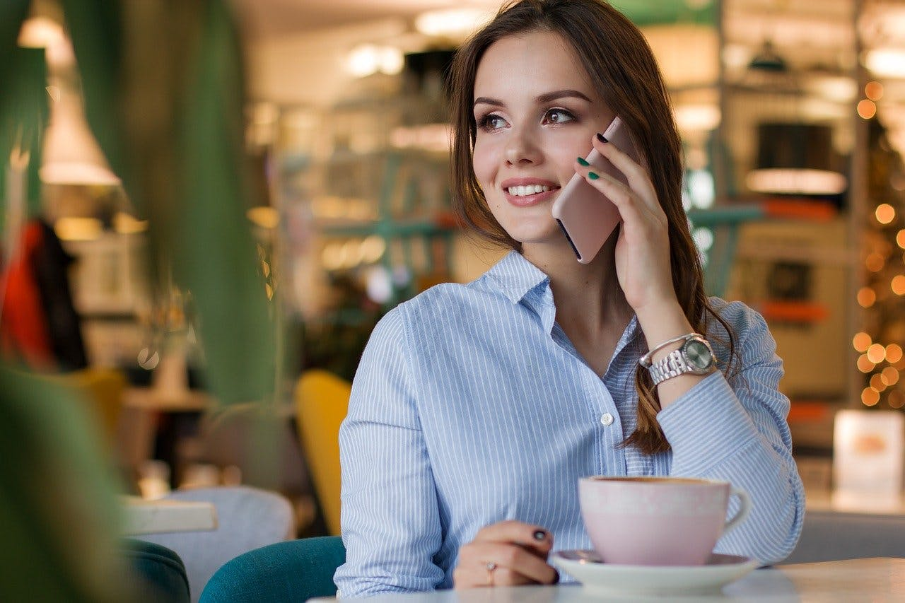 Frau telefoniert im Café