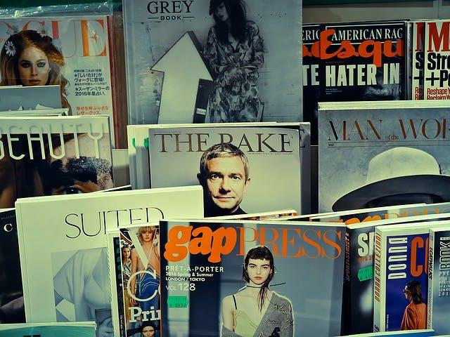 verschiedene Zeitschriften und Magazine an Zeitungsstand