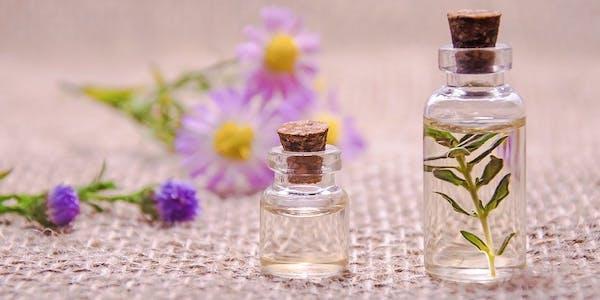 2 mit Parfum gefüllte Flacons